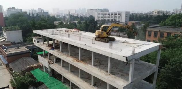 邓州市组织300余人40余台机械对城区一...